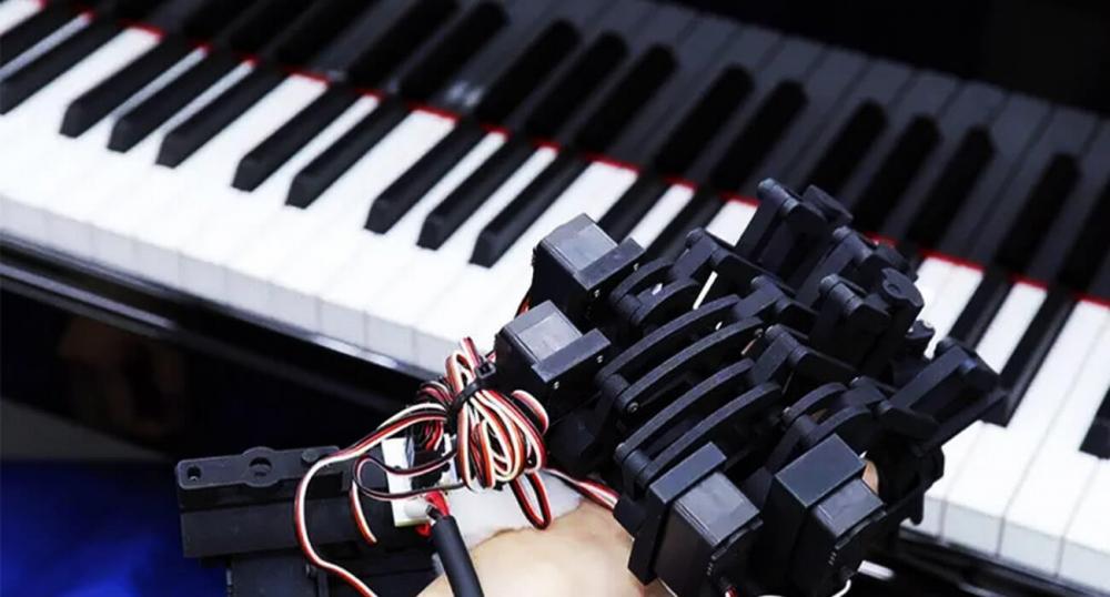 Кистевой экзоскелет от Sony для обучеия игре на фортепиано